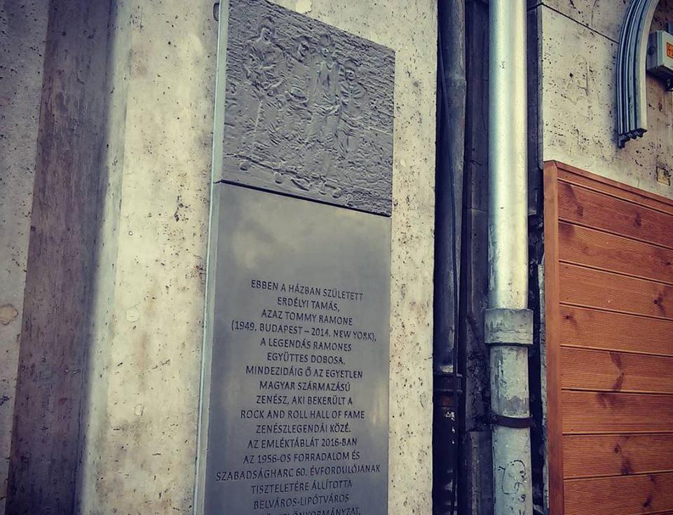 memorialnaya-doska-tommi-ramonu