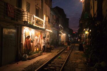 Жизнь на железной дороге: Train street в Ханое