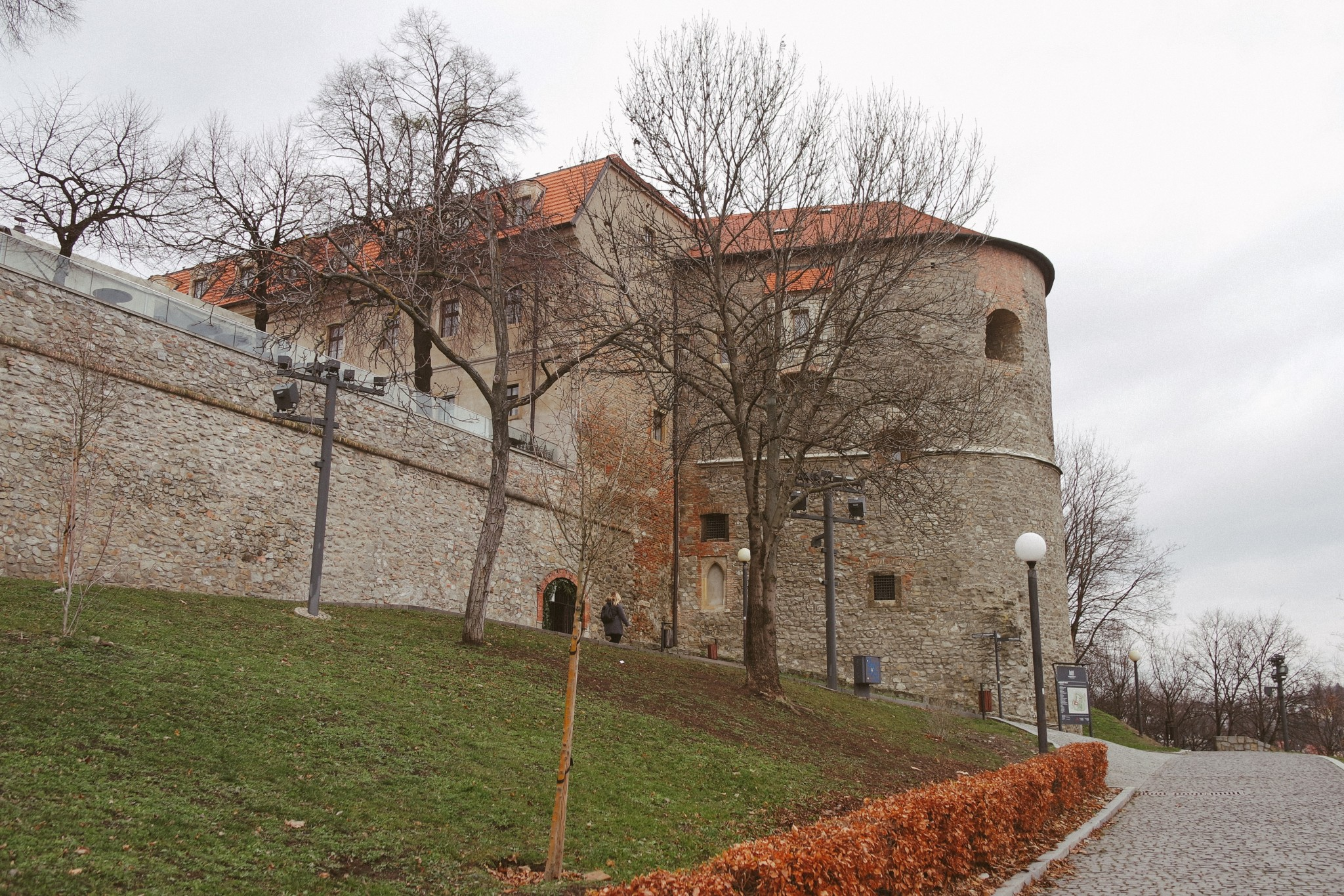 bratislavskiy-grad-stena