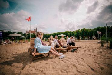 В Вильнюсе превратили городскую площадь в пляж